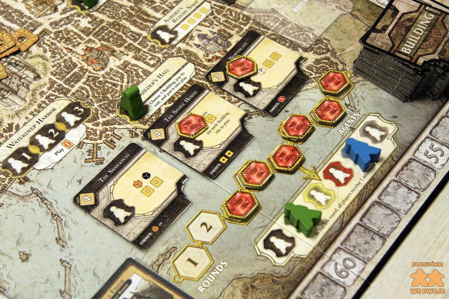 Plansza gry Lords of Waterdeep w trakcie rozgrywki, widok na tor rund i akcję zakupu budynków.