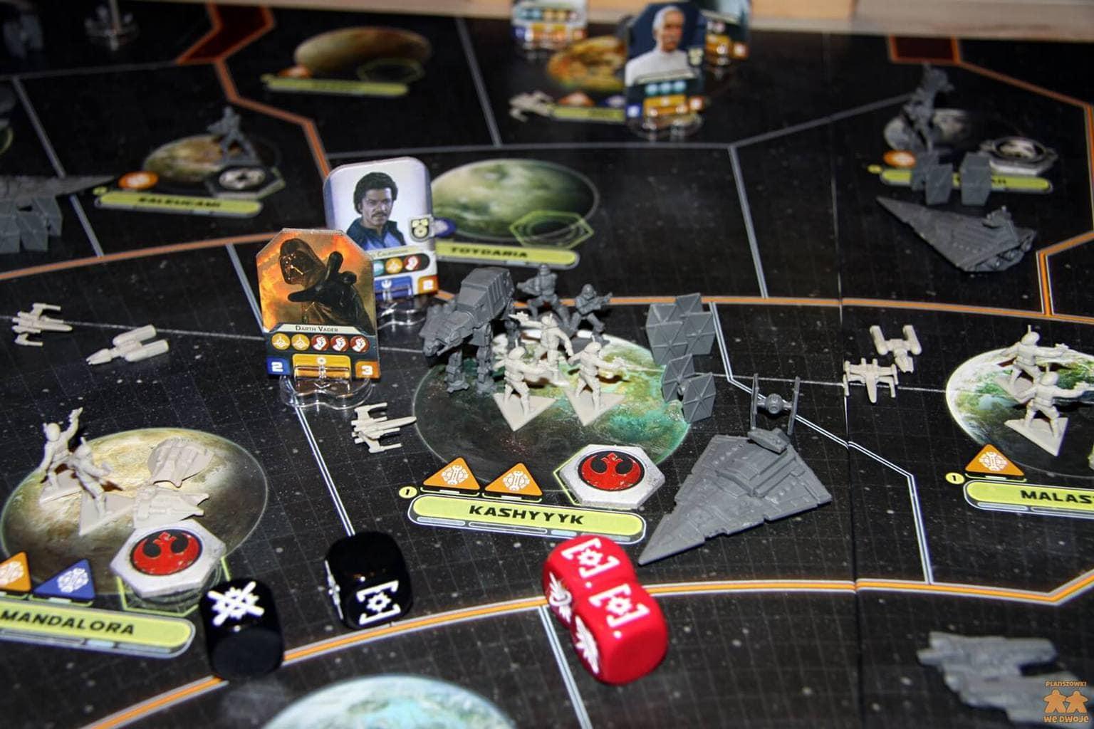 Star Wars Rebelia, plansza z figurkami, kostkami i żetonami agentów w trakcie bitwy.