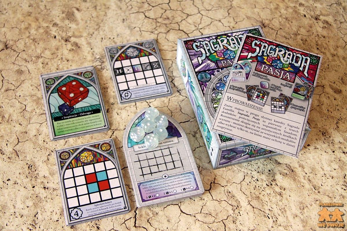Sagrada Pasja - zawartość dodatku: karty celów osobistych i wspólnych, planszetki rzadkiego szkła, karty inspiracji, kostki, pudełko i instrukcja.